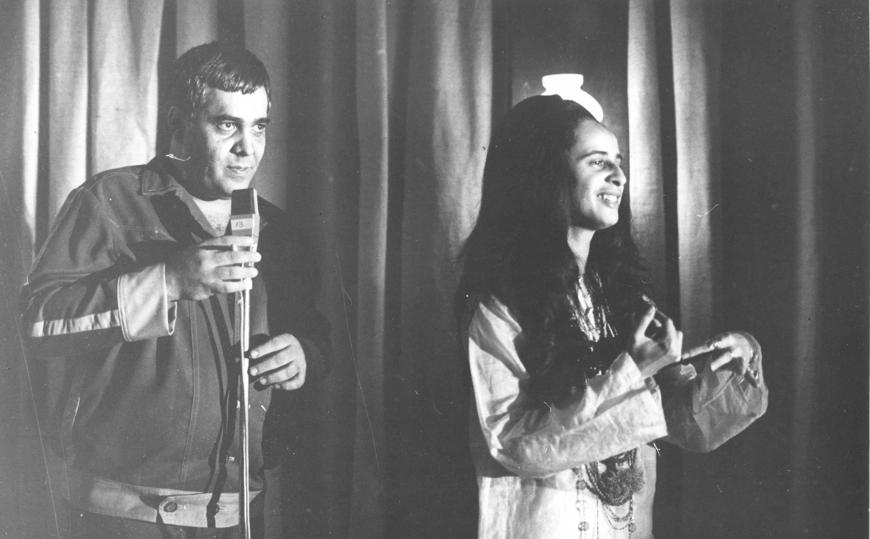 """Brasil, São Paulo, SP, 04/12/1969. Retrato de Carlos Imperial e Maria Bethânia, durante a gravação do disco da cantora no estúdio da Odeon, em São Paulo. Bethânia cantou para convidados  seletos, entre amigos e jornalistas e dali foram gravadas faixas do disco """"Maria Bethânia ao vivo"""", que teve a produção de Carlos Imperial. Pasta: 7.109 - Crédito:ALFREDO RIZZUTTI/ESTADÃO CONTEÚDO/AE/Código imagem:182185"""