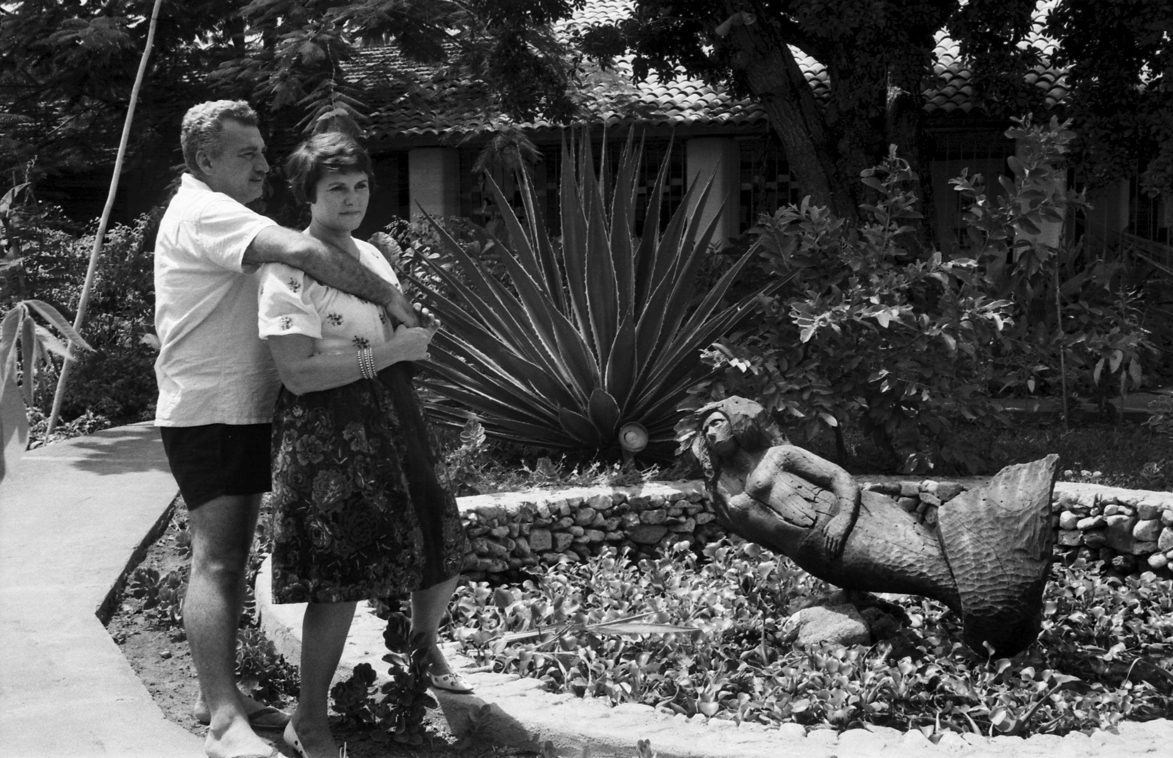 Jorge e Zélia no início da vida na Bahia em frente ao lagocom seria esculpida por Mario Cravo. CRV 1964 (3)